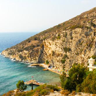 Uitzicht over de zee en berg in Ozdere, Turkije