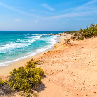Het zandstrand en de zee op Naxos in Griekenland