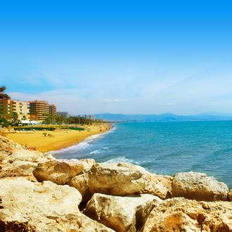 Rotsen, zee en strand in Torremolinos, Spanje