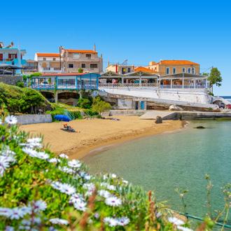 Strand in het dorp Panormos