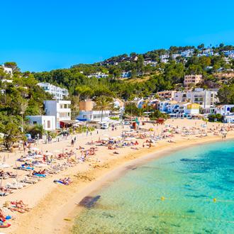 Strand in Cala Vadella baai Ibiza eiland