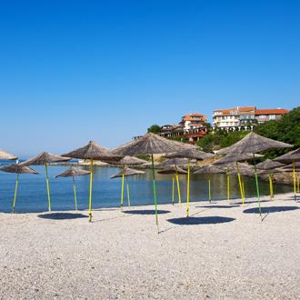 Het strand met parasols in de oude stad Nessbar
