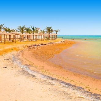 Goud strand met zee en palmbomen Hurgahda