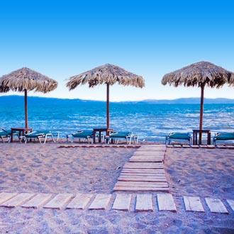 Zandstrand met parasols en ligbedden op Lesbos