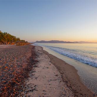 Zonsondergang op het strand in Lambi