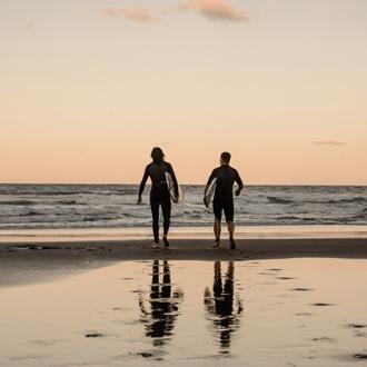 Surfen bij zonsondergang in San Agustin Gran Canaria