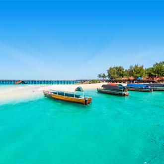 Uitzicht op de zee en gekleurde bootjes in Tanzania