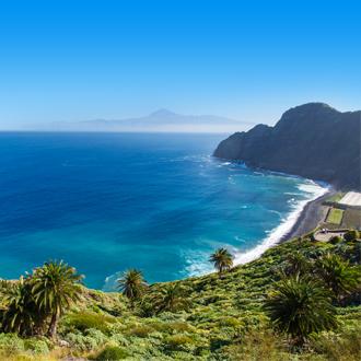 Mooie kustlijn van het Santa Catalina strand in Tenerife.