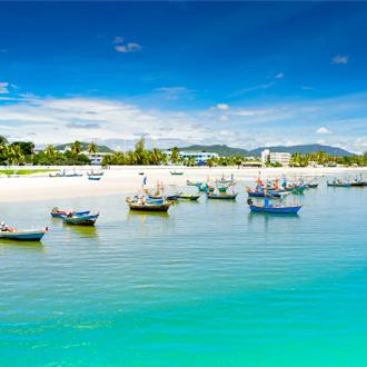 Uitzicht op vissersbootjes en helderblauw water in Hua Hin in Midden-Thailand