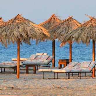 Tigaki strand met parasols en ligbedden op Kos, Griekenland