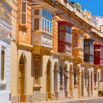 Traditionele Maltese kleurvolle houten balkonnen in Sliema, Malta