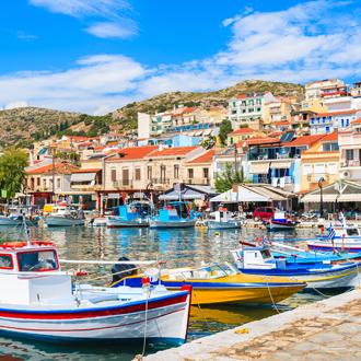 Traditionele Griekse visserboten in de haven van Pythagorion op Samos