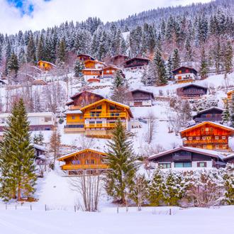 Dorp op de bergen met gekleurde huizen en sneeuw