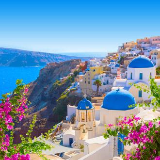 Traditionele witte huizen met blauwe daken in Santorini, Griekenland