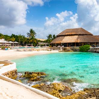 Tropisch strand bij Cozumel Island, met helderblauw water in Mexico