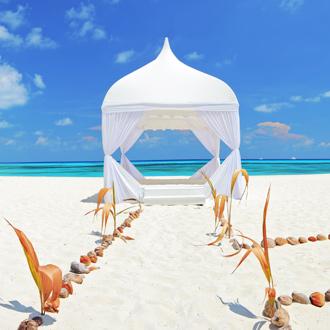 Trouw tent met wit zandstrand, schelpen en blauwe zee Lhaviyani Atol