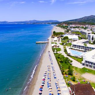 Het strand en de zee in Gumuldur, Turkije