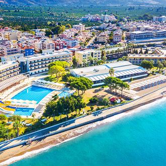 Een resort met glijbanen, zwembaden en het strand in Gumuldur, Turkije