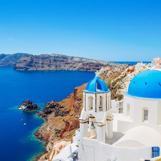 Uitzicht blauwe oceaan met traditionele koepelkerk op Santorini