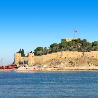 Uitzicht op een fort op een klein eilandje bij Kusadasi