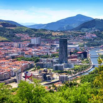 Uitzicht over de stad Bilbao met bergen op de achtergrond