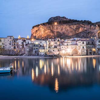 Uitzicht op Cefalù vanaf de zee by night