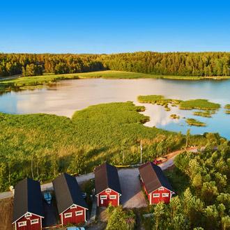 Uitzicht groen landschap met meer in Finland
