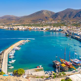Uitzicht op de stad Chersonissos met de haven en bergen op de achtergrond