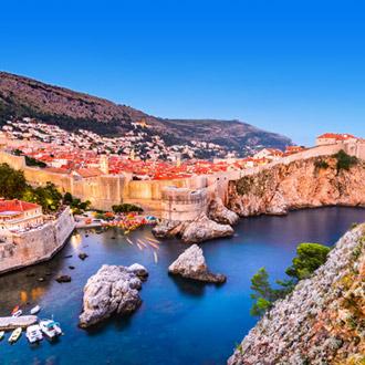 Dubrovnik in de avond met zee en huizen