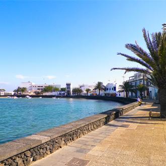 Uitzicht op El Charco de San Gines de prachtige jachthaven in Arrecife stad