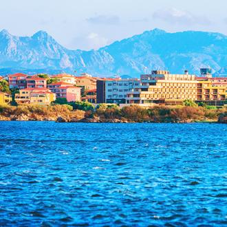 Berglandschap met hotels en golvende zee Olbia