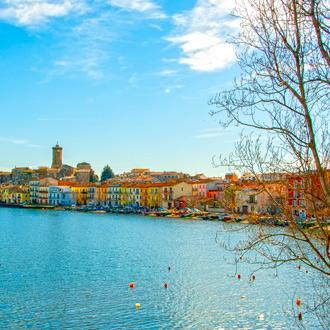Uitzicht op de burg van Marta en het meer van Bolsena in Lazio