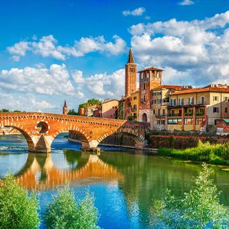 Uitzicht op de Ponte Pietra brug in Verona, Italie