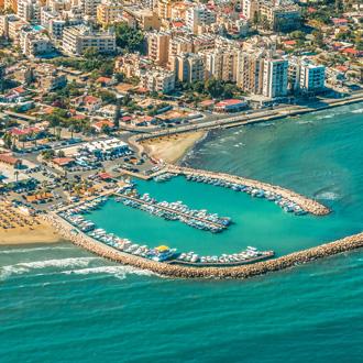 Uitzicht op de kustlijn en stranden van Larnaca, Cyprus