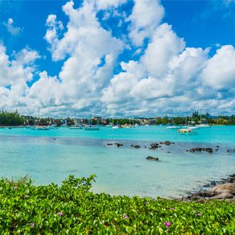 Haven van Grand Baie, bootjes op de helder blauwe zee
