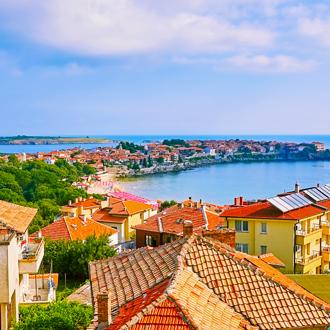 Uitzicht op de oude stad Nessebar met gebouwen