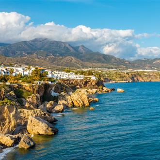 Uitzicht op het plaatsje Nerja, Costa del Sol, Spanje
