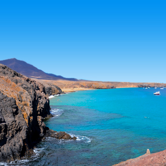 Uitzicht op zee en vulkanisch landschap in Playa Blanca, Lanzarote
