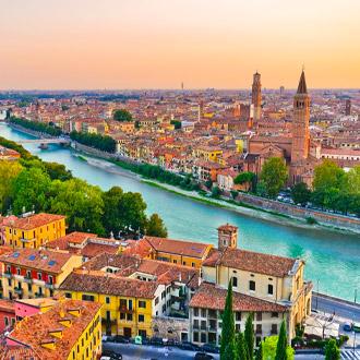 Uitzicht over de rivier en stad Verona, Italie
