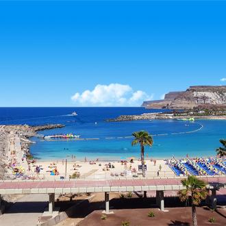 Het strand van Puerto Rico, azuurblauwe zee met strand