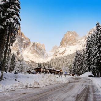 Bergen en besneeuwde weg in Val Canali, Dolomieten, Italie