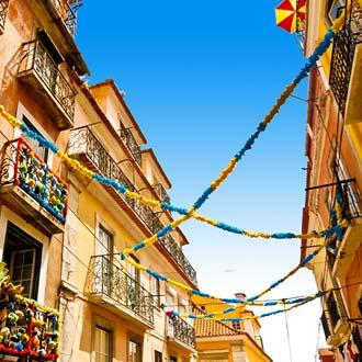 Versierde straat met slingers in Lissabon