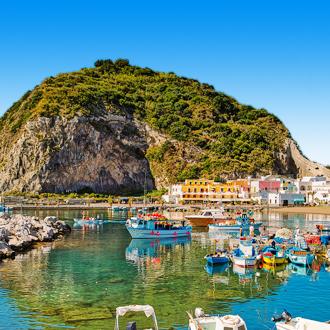 Vissersbootjes bij Ischia, Italië