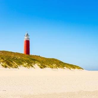 Vuurtoren van Cocksdorp op het strand op Texel