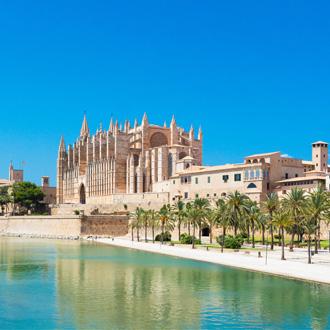 Water in Palma de Mallorca met de prachtige kathedraal, Spanje