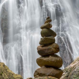 Waterval met gestapelde stenen op Koh Samui Thailand