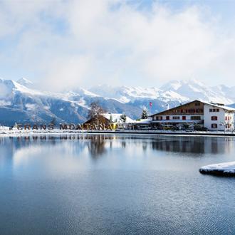Crans Montana in de winter met het meer en bergen met sneeuw