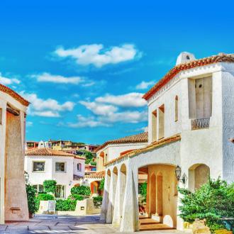 Witte huizen in Porto Cervo, Italië