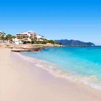 Zandstrand met blauwe zee Cala Millor op Mallorca