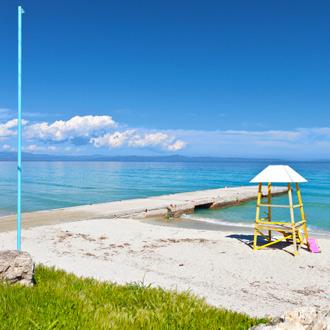 Het zandstrand en de zee in Kallithea, Chalkidiki